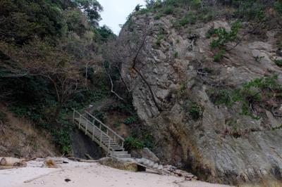 海岸の端まで来て再び階段を登る...