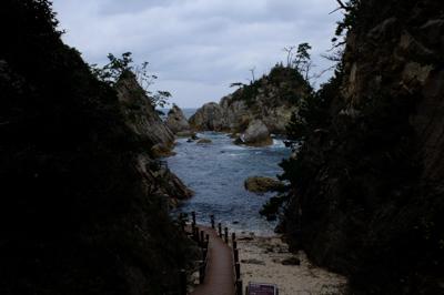 岩の間を通り抜けて再び海・・・...