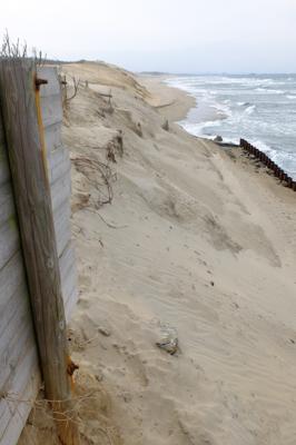 砂浜をよじ登り迂回する・・・。...