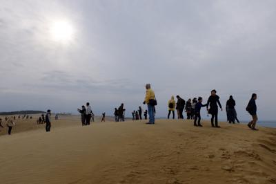 砂丘のテッペン到着!人がたくさ...