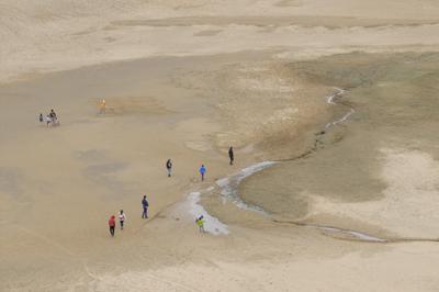 砂丘の中に沢が流れている・・・...