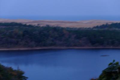 池の向こうに砂丘が見える。...