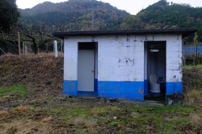 右側にトイレがある。...