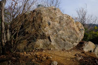 ・・・わーお、でっかい岩がある...