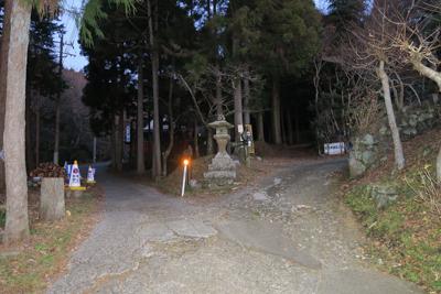 大きな灯籠のあるY字路を右に進...