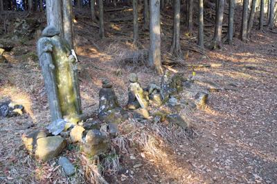 古そうな石像群がある。でも、・...