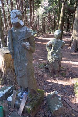 山頂に鎮座する謎の石像・・・。...
