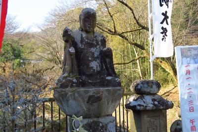 広沢寺の入り口にある石像。...