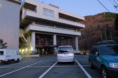 役場前の職員用の駐車場に車を駐...