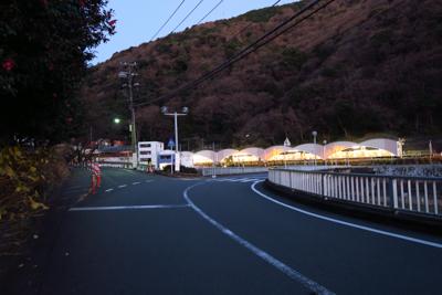 正面に見えるのが箱根湯本駅。...