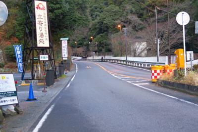 橋を渡ると歩道は無くなります。...