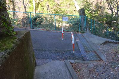 道なりに進んで神社の脇の細い道...