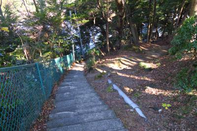 階段を下る。...