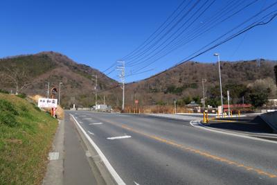 小鮎川を渡り、少し歩くと右に曲...