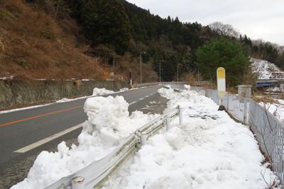 うわっ! 歩道が雪で埋まってい...
