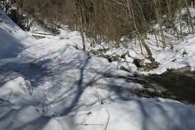 登山口到着。しばらく雪道が続く...
