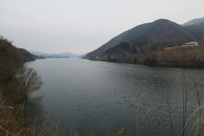 湖の南端から望む。...