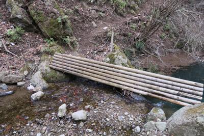 木の橋も流されている。でも、こ...