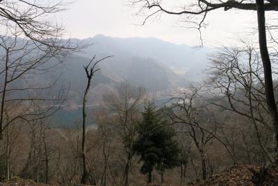 宮ヶ瀬湖の向こうに仏果山〜経ヶ...