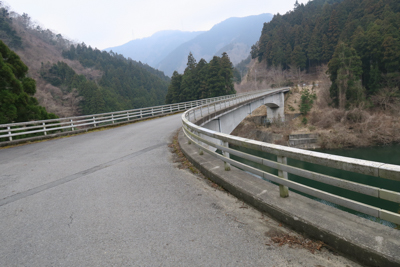 この橋を渡ると・・・...