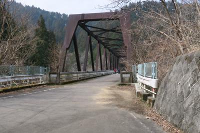 金沢川にかかる金沢橋、ここを渡...
