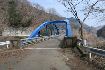 この青い橋は早戸川にかかる早戸...