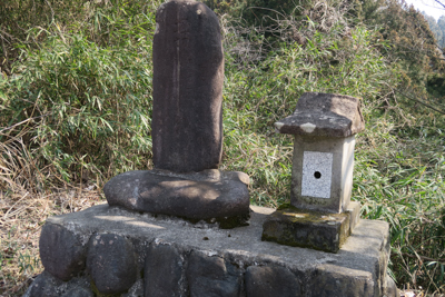 古そうな石碑がある。...