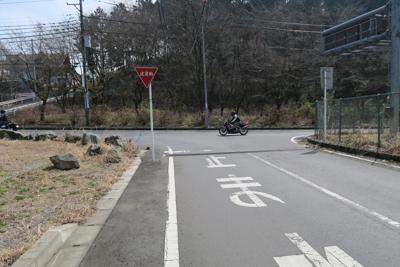 ・・・丁字路に出る。ここを左に...