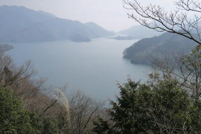 「森の展望台」からの宮ヶ瀬湖で...