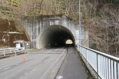 ナラサストンネル。宮ヶ瀬湖にあ...