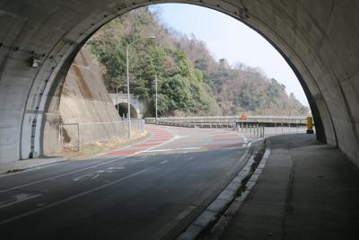 青山トンネルを抜けると、奥に見...