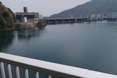 宮ヶ瀬ダムが目の前。左の建物が...
