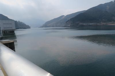 こっちはダムの上流側です。湖面...