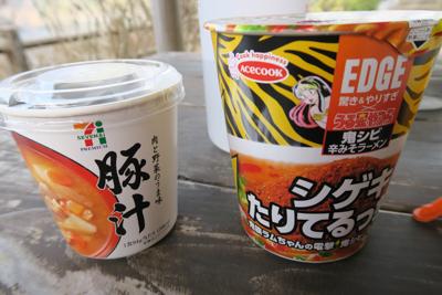 なぜ? 豚汁とカップ麺。寒い時...