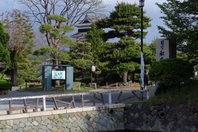 奥に天守閣が見える。松本城は以...