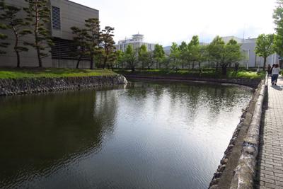 松本城の西側を歩くコースと東側...