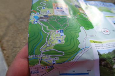 園内地図は駐車場の解説板の前に...