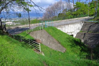 大きな道に出た。右下にトンネル...