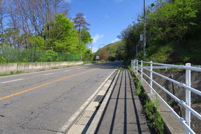 右は松本トンネル経由で上田の方...