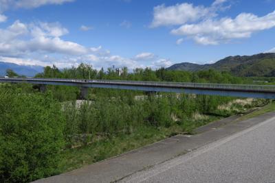 大きな車道は進まずに隣の橋を渡...