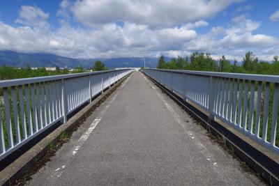 誰もいない・・・。橋を渡って左...