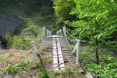 橋を渡る。...