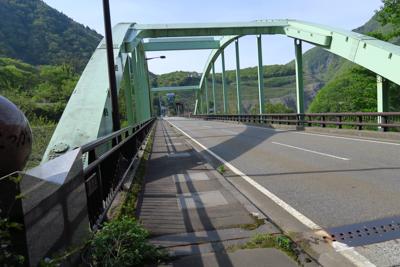 ・・・橋を渡る。つまり、橋の下...
