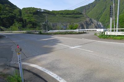 橋を渡って少しいった所を右の脇...