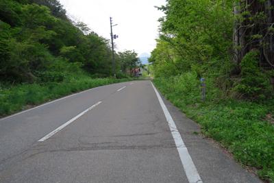 普通に車道が続いている。右端に...
