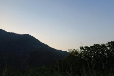 まだ太陽は稜線の向こう側にいる...