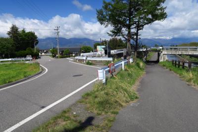 ここでサイクリング道を外れる。...