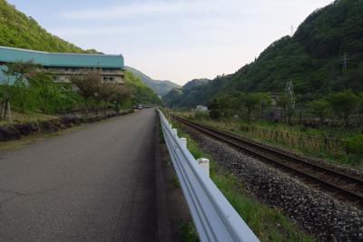 右に大糸線、その向こうに姫川が...