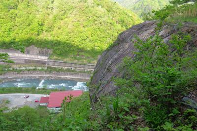 崖に飛び出ている大岩から下を見...