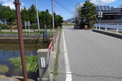 先ほど右に流れていた小川を渡る...